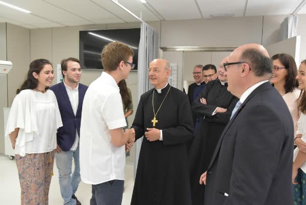 Mons. Fernando Ocáriz durante la visita ai nuovi impianti della clinica universitaria di odontologia dell'Università Internazionale della Catalogna.