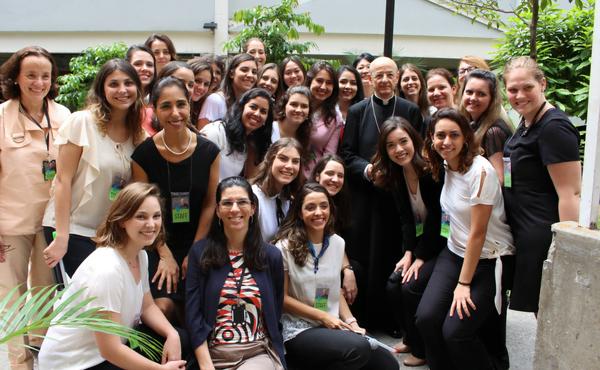 Depois da tertúlia, o Prelado tirou uma foto com as voluntárias que organizaram o evento