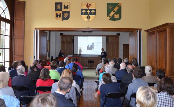 Le public lors de la conférence du professeur Lambert