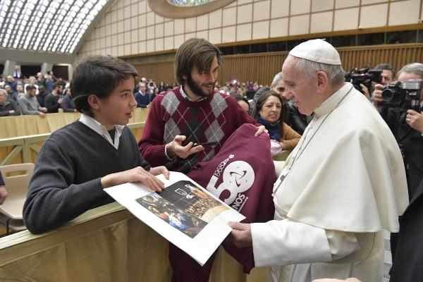 O Papa recebe um postal de Natal gigante com os votos natalícios assinados, e uma foto, das famílias do Xénon. Pediu para rezarmos por ele.