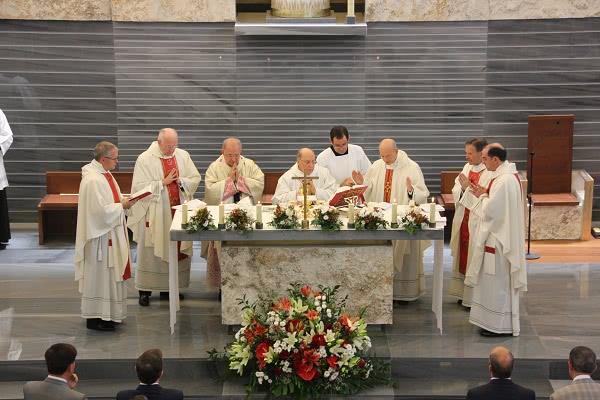 D. Javier concelebrou a Santa Missa com D. Gil Hellín e o pároco, José Luis Tapia.