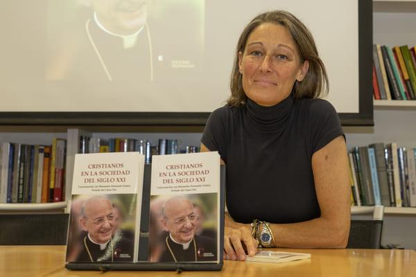 La autora de la entrevista al prelado del Opus Dei