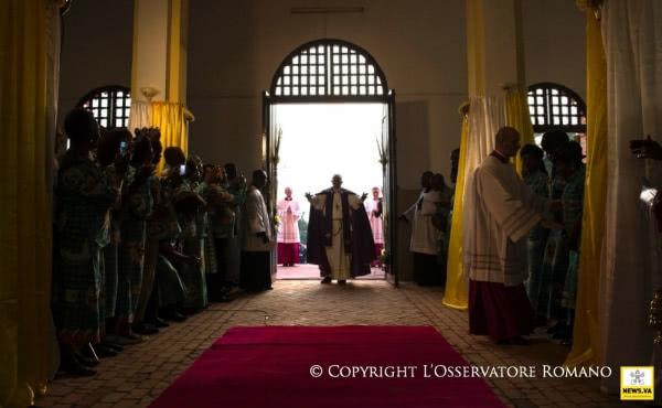 El Papa Francisco, tras la apertura de la Puerta santa de la Catedral de Bangui. Foto: news.va