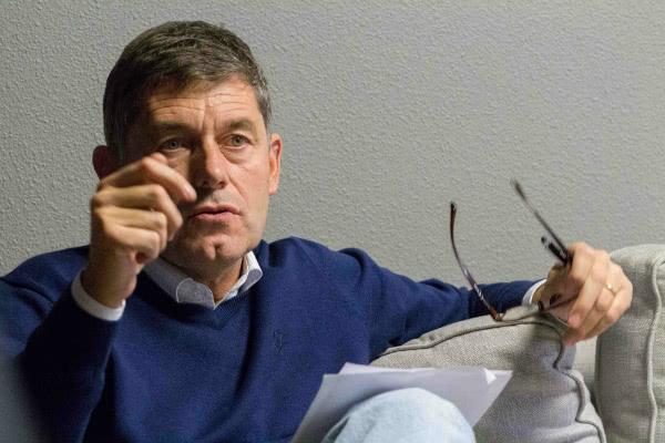 José María, profesor de universidad, explica las claves de un debate en la Asociación Juvenil Tempero (Valladolid)