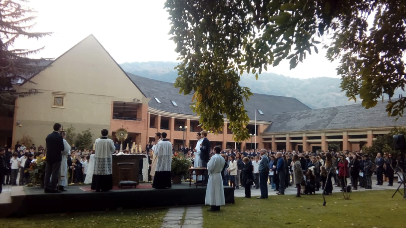 El Santísimo expuesto, en una de las estaciones, durante la procesión en el patio del Colegio Tabancura.