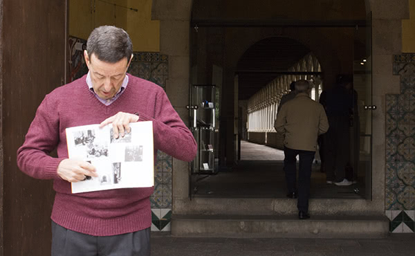 Masabeu señala una foto del 27 de febrero de 1972, en la que san Josemaría sale de visitar las monjas clarisas del Monasterio de Pedralbes.