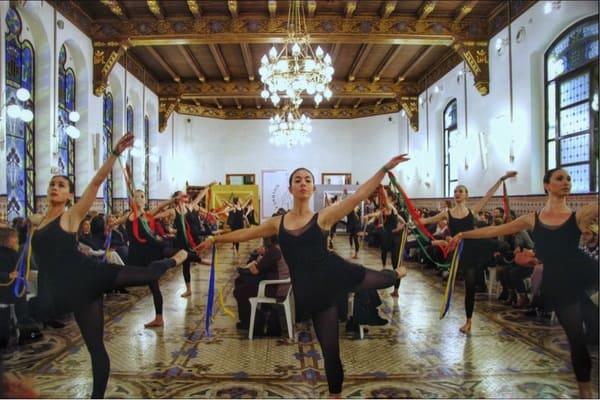 La Escuela de Danza de Torrent abrió el espectáculo con un recital de bailes artísticos y coloridos.