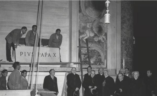 Nos dias 10 e 11 de março de 1945 fizeram-se os trabalhos de translação do corpo de Pio X para o lóculo lateral direito da Capela da Apresentação Quando São Josemaría Escrivá chegou a Roma, em 1946, encontrou o corpo de Pio X neste lugar (fonte: Arquivo fotográfico da Fábrica de São Pedro).