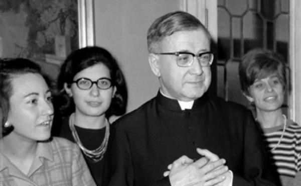 Sofia Varvaro, de óculos, junto a São Josemaria.
