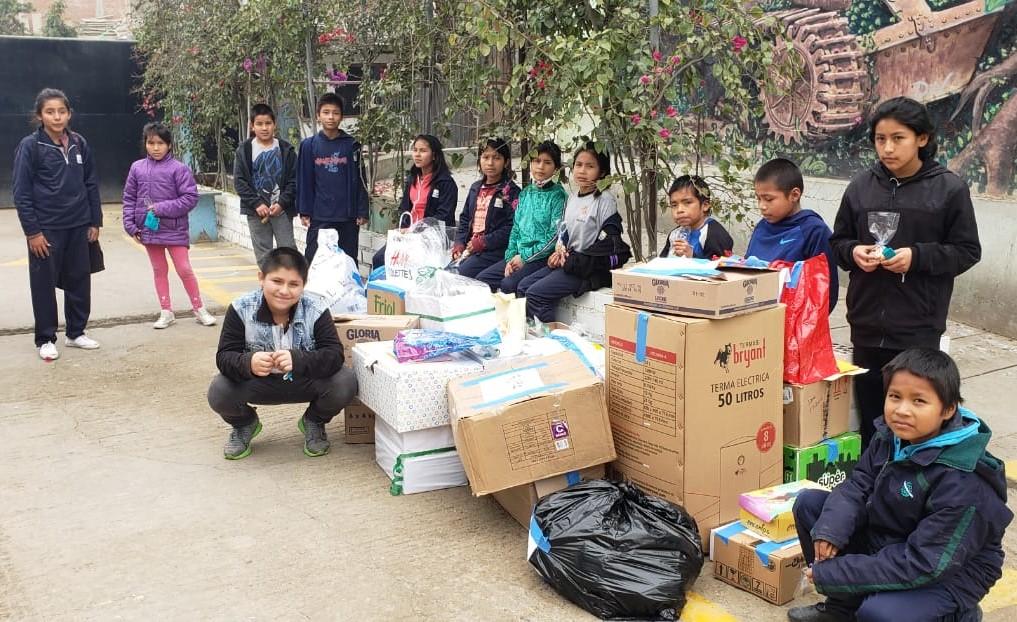 Algunos niños del Albergue recibiendo las donaciones