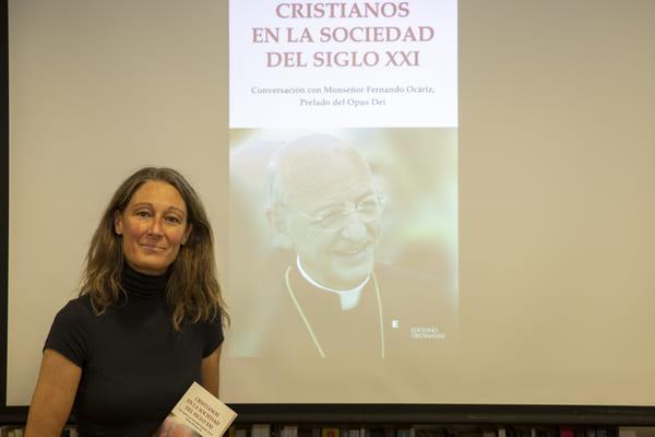 Mons Fernando Ocáriz responde en el libro a las preguntas de la filósofa y teóloga Paula Hermida sobre algunos retos de nuestro tiempo, la misión de la Iglesia y el desarrollo del Opus Dei.
