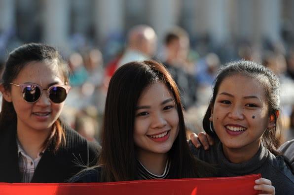 Vivian con dos amigas en la Plaza de san Pedro.