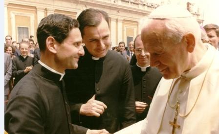 Ks. Alejandro G. Gatica (Chile), ks. Stefan M. Dąbrowski (Polska) z św. Janem Pawłem II następnego dnia po beatyfikacji.