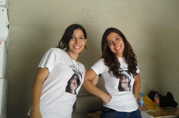 Karine et Nadine. T-shirt où figure le visage de Mère Teresa avec une devise en arabe: La paix commence par un sourire
