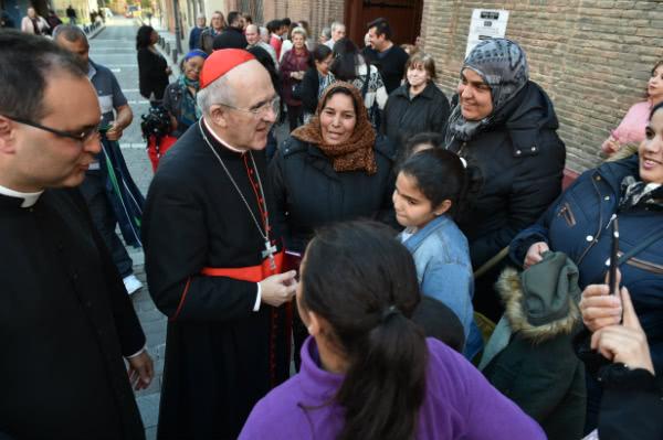 El párroco José Manuel Horcajo, junto al Cardenal de Madrid Carlos Osoro y varias beneficiarias de la Obra Social Álvaro del Portillo.