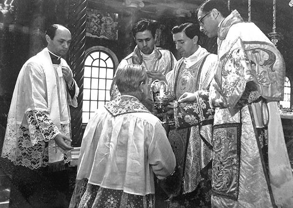 Mons. Paulino dando la Comunión a don Álvaro, recientemente declarado beato.Fotografía que encontró en la casa de su madre 37 años después de que fuera tomada.