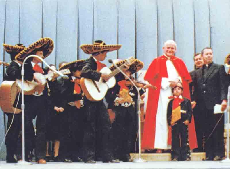 El mariachi del P. Carlos cantó para Juan Pablo II en la Plaza de San Pedro en 1979.