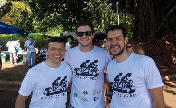 """André, Carlos e Marcus el primer día que """"Guías del pedal"""" ofreció su ayuda (6-XII- 2014)"""