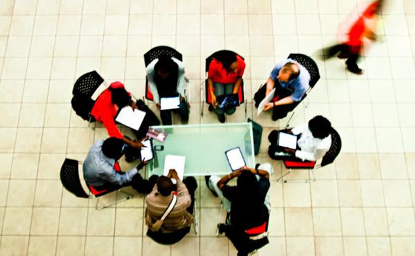 A menudo los alumnos se reúnen con un profesor, para resolver dudas y casos prácticos.