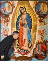 Il vénère un tableau de Notre-Dame, pendant son pèlerinage à la Basilique de Guadalupe, Mexique (1970)