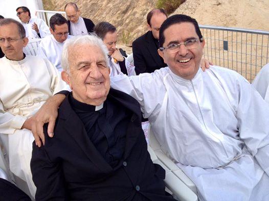 El padre José María Fontán junto al vicario Víctor Urrestarazu