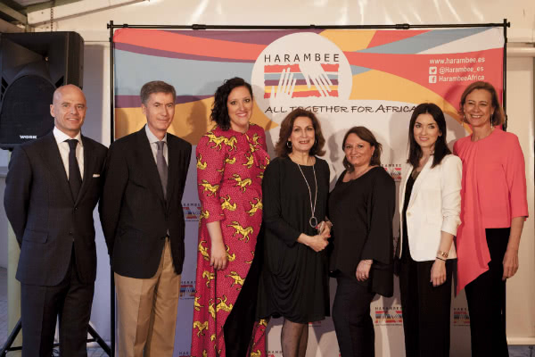 """Parte del equipo de Harambee Valencia y COSO-Moda en el evento """"Diseños que cambian vidas"""", que coincidió con la celebración del Día de África."""