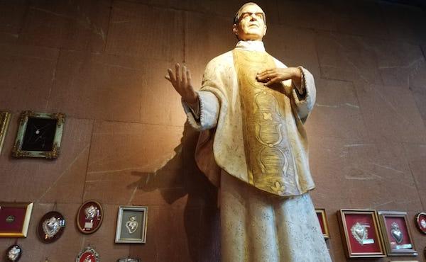 La statua di san Josemaría posta nella navata laterale della Chiesa parrocchiale di san Giovanni Battista al Collatino di Roma.