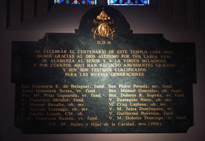 Placa que recuerda el paso de algunos santos por la Basílica de La Milagrosa.