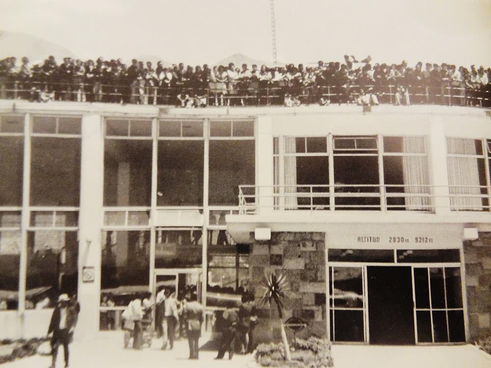 Vista de la terraza del aeropuerto: cientos de personas se aproximaron para despedir a San Josemaría.