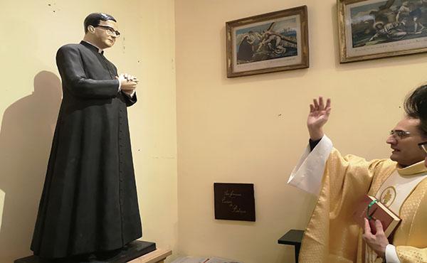 Pbro. Francisco Llanca bendiciendo la imagen de san Josemaría