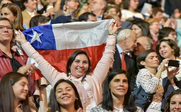 Nancy Ruiz, extiende dichosa nuestra bandera en Vistalegre Arena