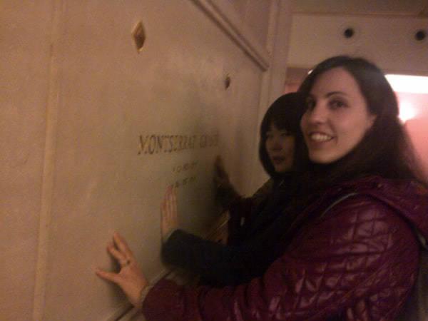 Varias estudiantes ante la tumba de Montse Grases.
