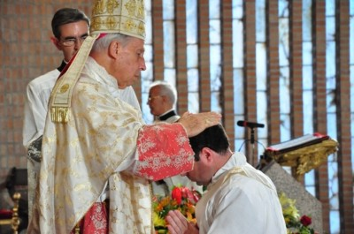 mgr Echevarria, prélat de l'Opus Dei (1994-2016), impose les mains