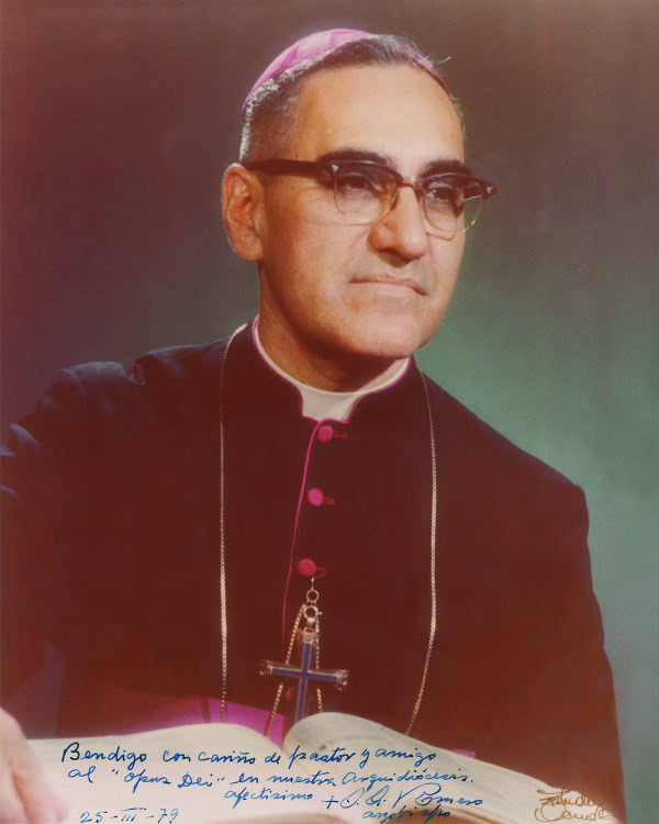 """Fotografía en la que Mons. Romero escribió: Bendigo con cariño de pastor y amigo al """"Opus Dei"""" en nuestra archidiócesis. Afectísimo: + O. Romero, arzobispo. 25-III-1979"""