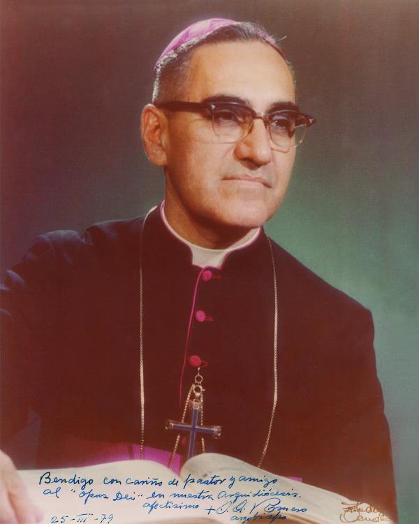 "Di atas foto ini Uskup Romero menulis: ""Saya memberkati Opus Dei yang ada di dalam keuskupan agung kami dengan cinta sebagai gembala dan sahabat.  Dengan mesra: + O. Romero, Uskup Agung. 25-III-1979"
