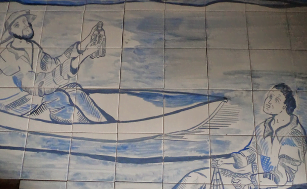 Azulejos que representação a aparição de Nossa Senhora Aparecida, de Marco Funchal