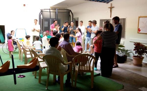 Esa misma semana fuimos testigos de otra enorme lección de agradecimiento y alegría, en este caso en una casa de las Misioneras de la Caridad de la Madre Teresa.