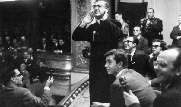 Luka Brajnovic, a la derecha, sosteniendo un micrófono, en una tertulia con san Josemaría.