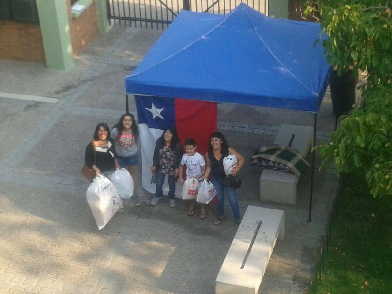 Voluntarias recolectando enseres para la localidad afectada.
