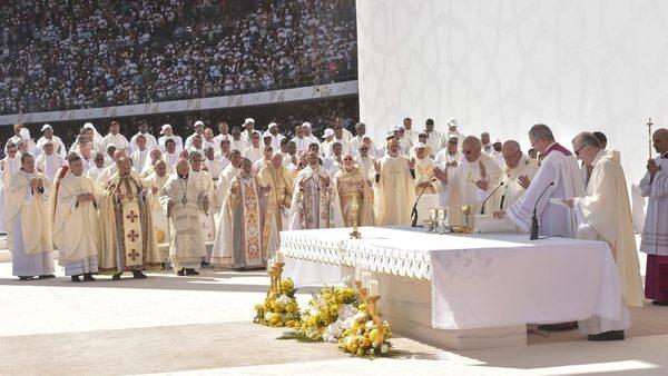 El Papa durante la celebración de la Misa. Entre los sacerdotes del fondo se encontraba el autor de esta crónica. Foto: Vatican Media.