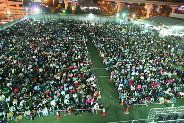 Some of those attending midnight mass at St Mary, held on the sports field. (©St. Mary Catholic Church , Dubai, couresty of avosa.org).