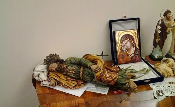 """O """"São José Dormindo"""" do Papa Francisco na Casa de Santa Marta, com os papéis escritos pelo próprio Papa com seus pedidos."""