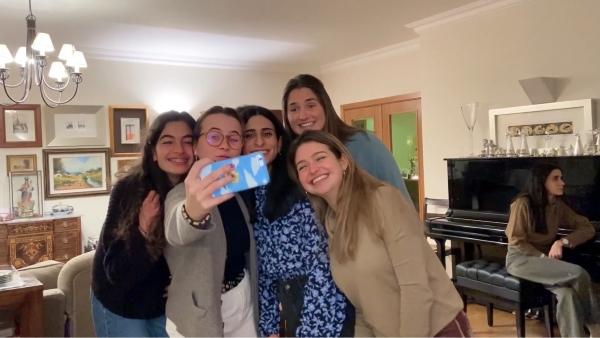 Teresa con un grupo de amigas en Lisboa