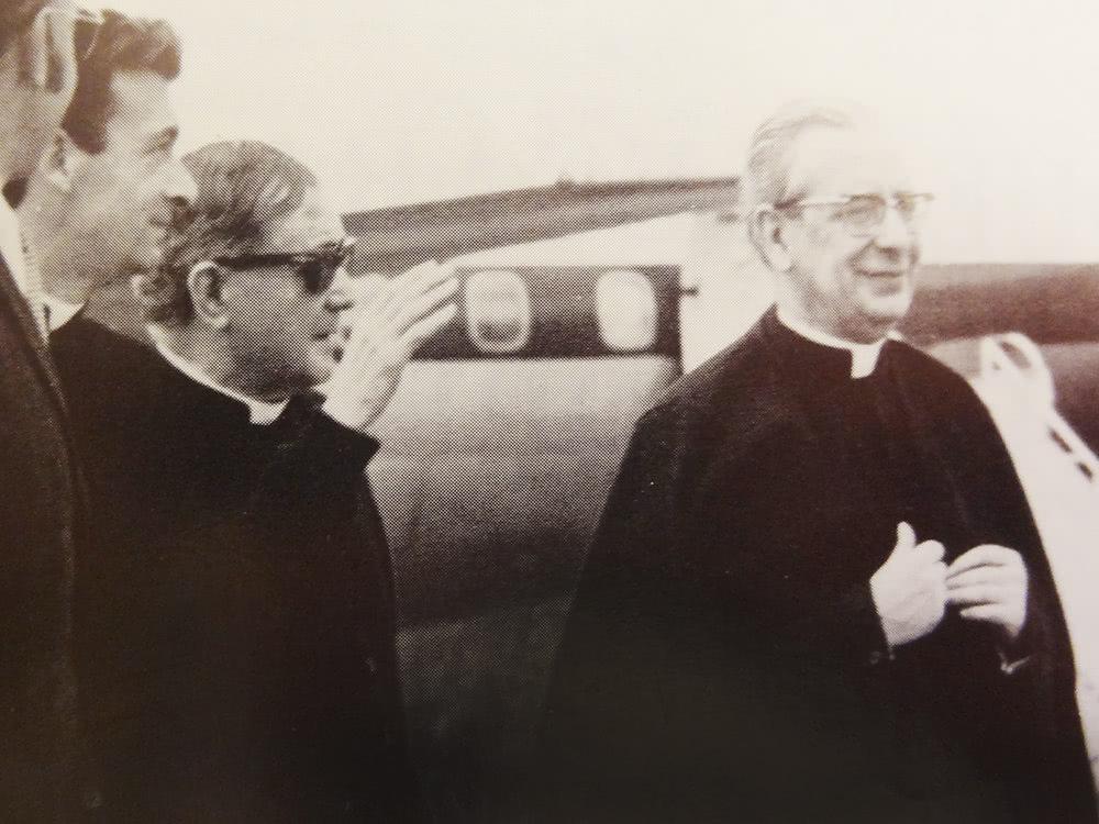 Mons. Antonio Arregui, San Josemaría y el Beato Álvaro del Portillo, caminan en la pista del aeropuerto.
