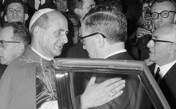 El beato Pablo VI saluda a san Josemaría durante su visita al centro ELIS (Roma, 1965)