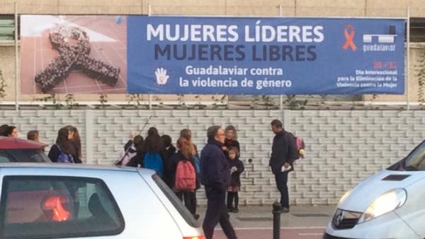 La fotografía se instaló en la fachada del colegio Guadalaviar.