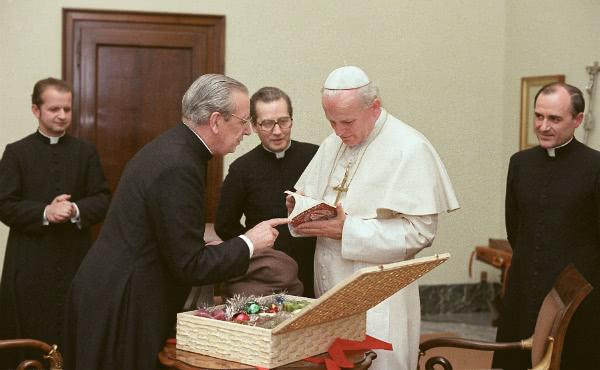 El  6 de diciembre de 1978, Mons. Del Portillo, siguiendo una costumbre polaca, entrega un regalo al Papa con ocasión de la fiesta de san Nicolás. En segundo plano están Mons. Stanislaw Dziwisz, Mons. Javier Echevarría y Mons. Joaquín Alonso.