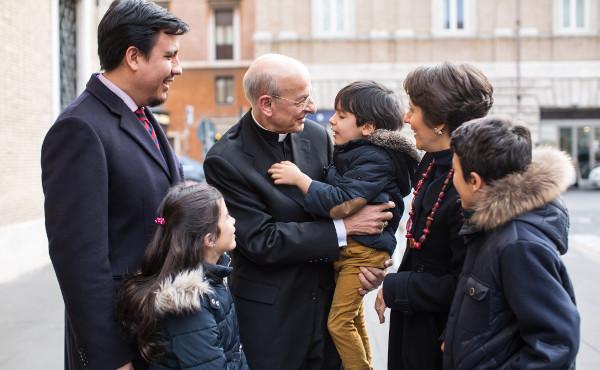 Mons. Ocáriz con una famiglia, a Roma.