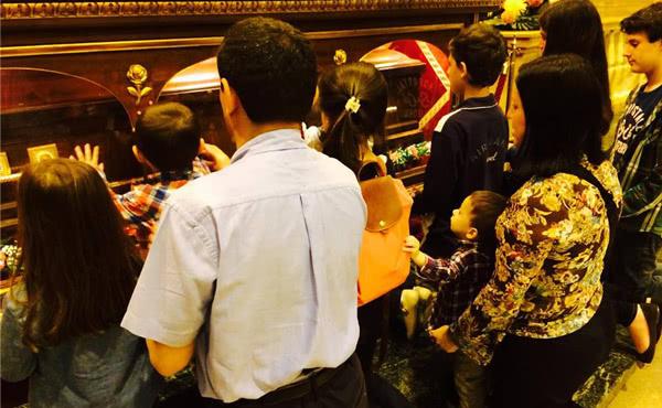 Franciscova družina moli ob posmrtnih ostankih bl. Álvara v Rimu