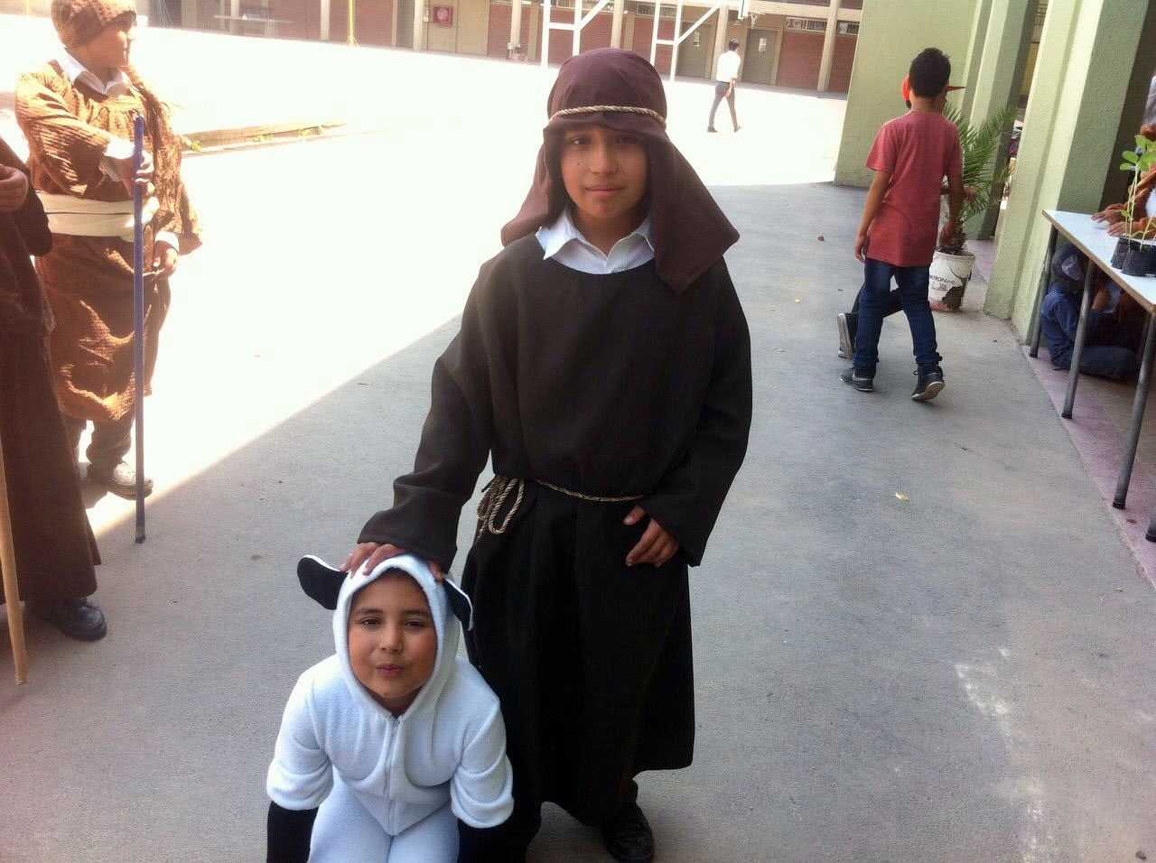 Luis, alumno de cuarto básico del colegio Nocedal, disfrazado de pastor. Su hermano representó a una oveja.